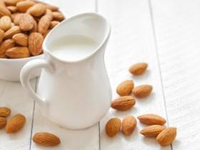 Almond-Milk-1024x683