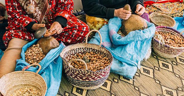 crushing argan nuts-630