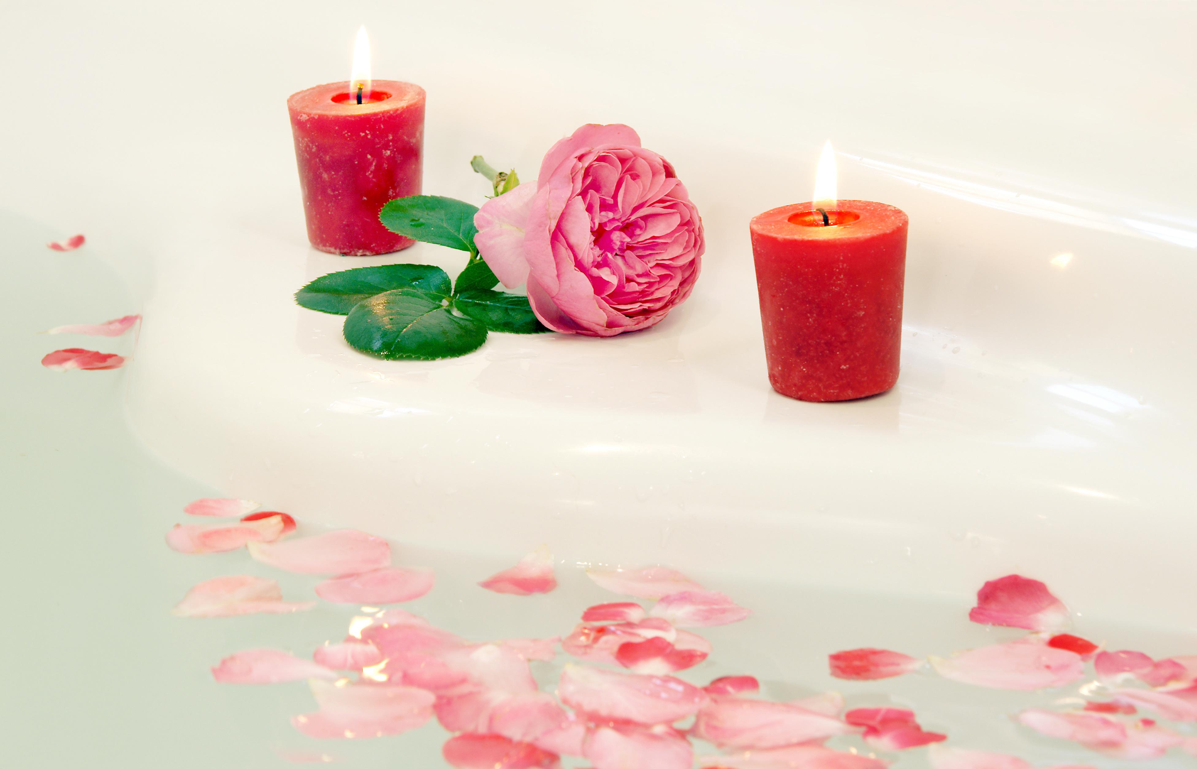 Wellness, Badewanne mit Rosenblättern und Kerzen, copy space