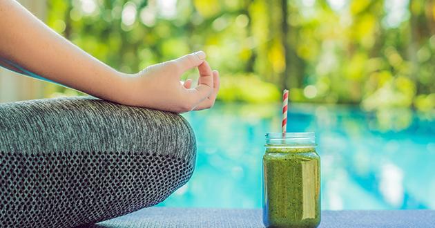 green smoothiswoman yoga-630