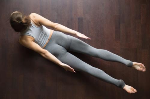 息を吸ったら、頭、胸、両腕、両脚を同時に床から持ち上げる