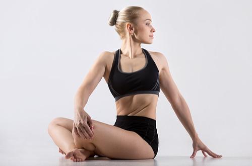 肩こりが慢性化する前にヨガやストレッチで改善