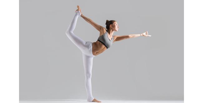山のポーズで立ち、重心を左足に移したら、右ヒザを後ろに曲げ、右手で足の内側から甲の辺りを持ちます