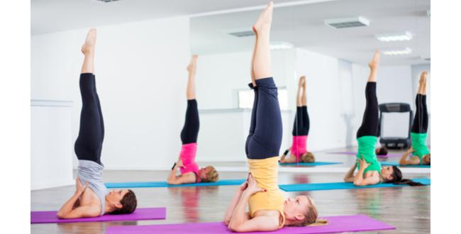 両手で腰をサポートしながら、両脚を天井に向けてのばします