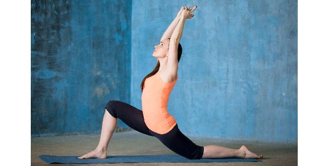 後ろの足のヒザを床に付けたら、両手を床から離し上体を持ち上げます。腰は前方に向けましょう