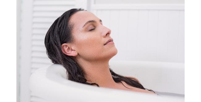 マージョラムのエッセンシャルオイルをバスタブに数滴落として入浴