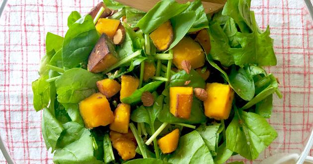 ほうれん草、かぼちゃ、アーモンドを混ぜてお皿に盛り、ドレッシングをかける