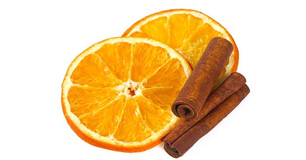 オレンジをスライスして乾燥させたものとシナモン