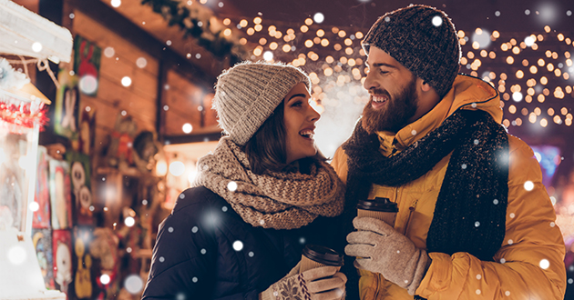 クリスマスに過ごす男女のカップル
