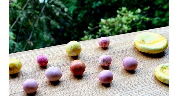 絵の具などで作った色水で、香り玉に色をつける