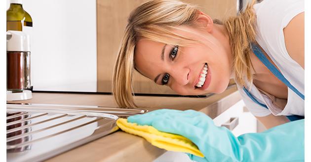 スプレーボトルに蒸留水を入れたら、レモンの精油を少量加えて、掃除に使う