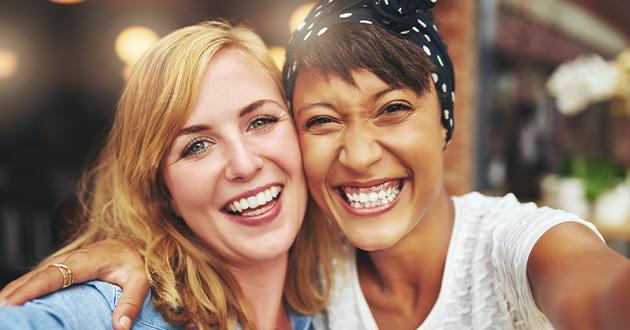 笑いはセロトニンやドーパミンレベルを上げる