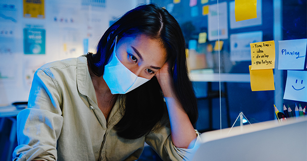 マスク生活に疲れた女性